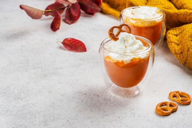 Gewürzkürbiskuchen-orangen-latte-getränk mit zimt