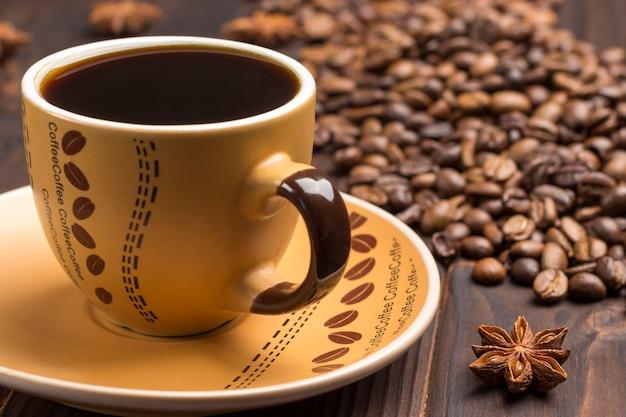 Gewürzsternanis, tasse kaffee und untertasse