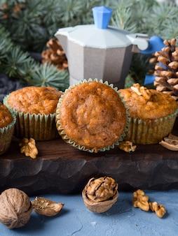 Gewürzte muffins der winter-karotte mit walnüssen