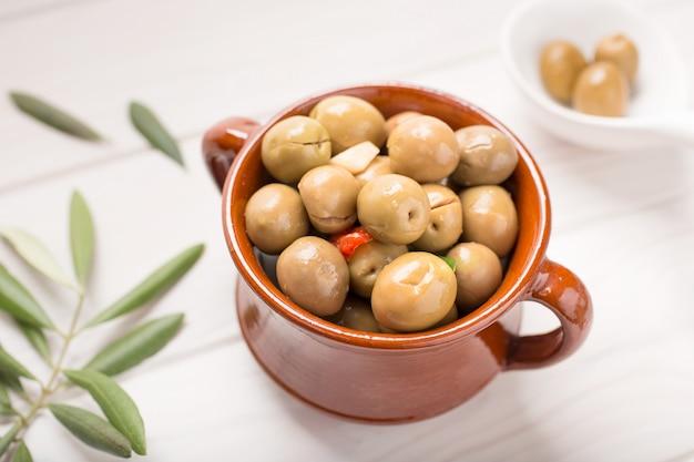 Gewürzte oliven auf rustikaler schüssel