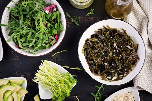 Gewürzter algensalat und frische kräuter