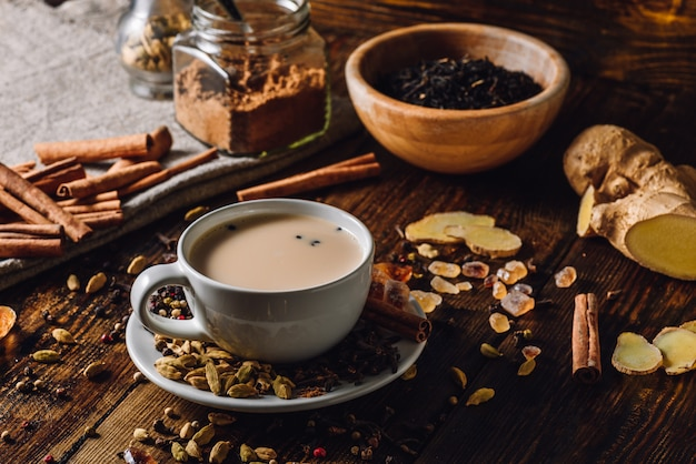 Gewürzter indischer tee mit milch