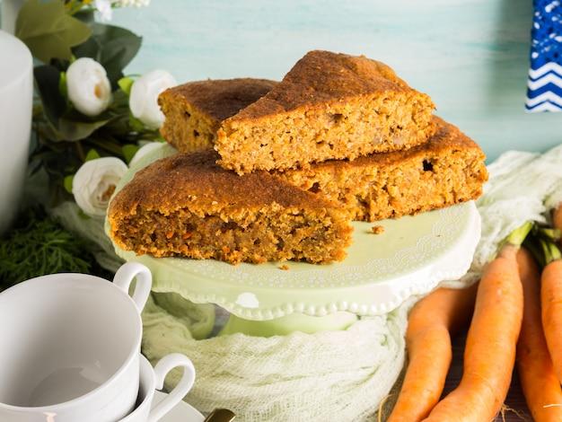 Gewürzter karottenkuchen mit walnüssen und zimt mit frühstückseinstellung