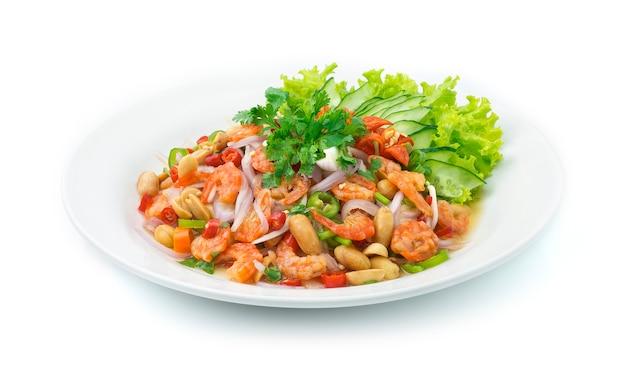 Gewürzter salat mit getrockneten garnelen. thailändisches essen scharf