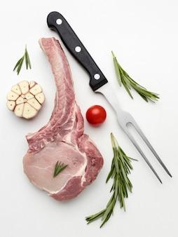 Gewürztes fleisch von oben zum kochen auf dem schreibtisch