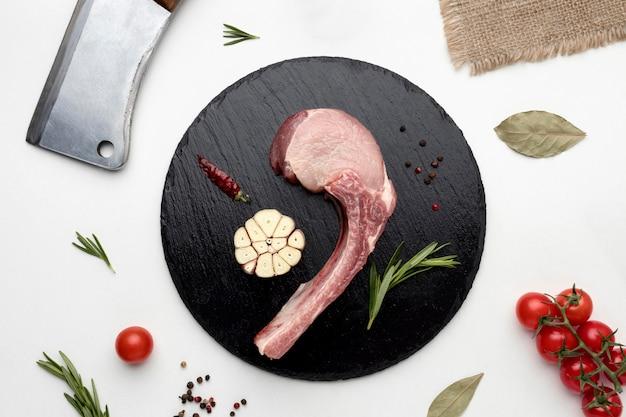 Gewürztes fleisch zum kochen auf holzbrett