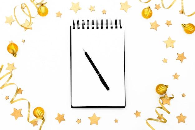 Gewundener leerer weißer notizblock auf festlichem weihnachtshintergrund.