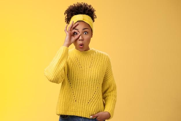 Gewundert beeindruckt süße afroamerikanische studentin sagen wow lippen falten neugierig zeigen okay ok geste auf augenblick durch den kreis erstaunt aufgeregt inspiriert coole möglichkeiten glück zukunft halten.