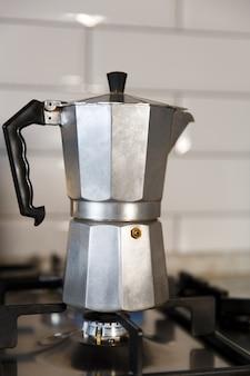Geysir-kaffeemaschine auf einem gasherd