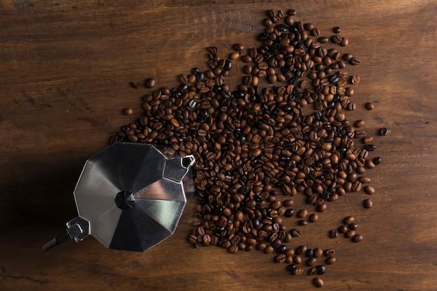 Geysir-kaffeemaschine und bohnen