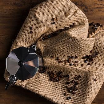 Geysirkaffeemaschine auf sackleinen
