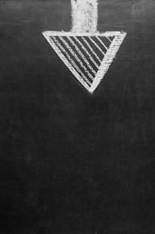 Gezeichneter pfeil, der rechts auf schwarzen hintergrund zeigt