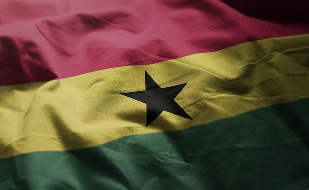 Ghana-flagge zerknittert nah oben