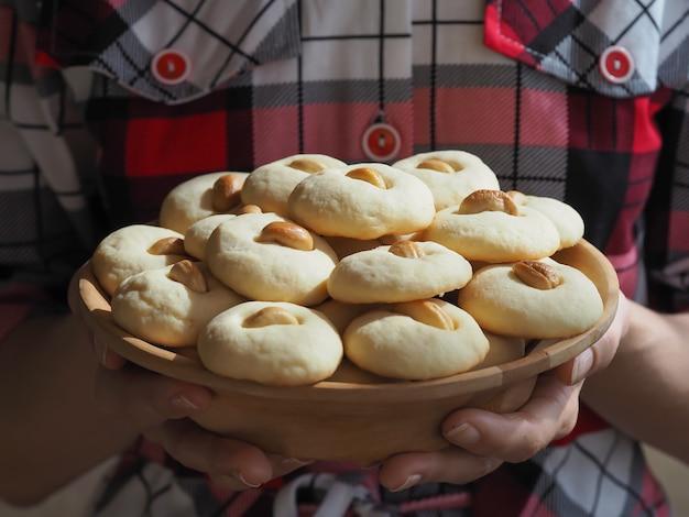 Ghorayeba süßigkeiten. eid isst. kekse von el fitr islamic feast. ramadan süßigkeiten hintergrund.