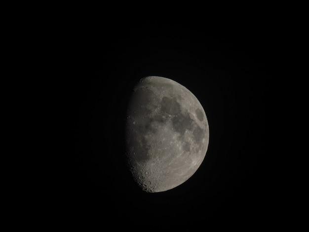 Gibbous-mond mit teleskop gesehen