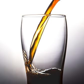 Gießen cola in glas mit eis auf whitecopy raum