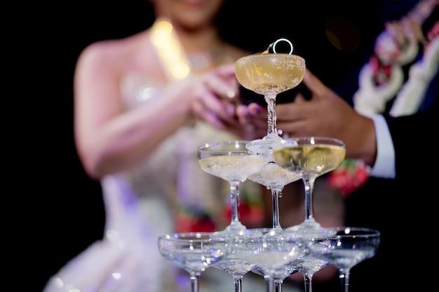 Gießen sie champagner, weinglas, feier, abendessen, weinglas