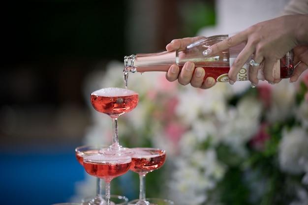 Gießen sie champagner, weinglas, feier, abendessen,