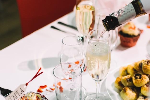 Gießen sie einen toast von champagner auf einer hochzeitsfeier