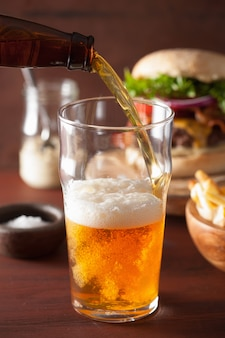Gießen sie india pale ale beer in pintglas und fastfood
