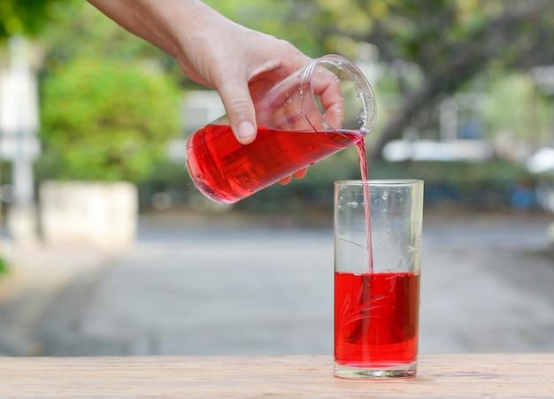Gießen sie süßes rotes wasser,