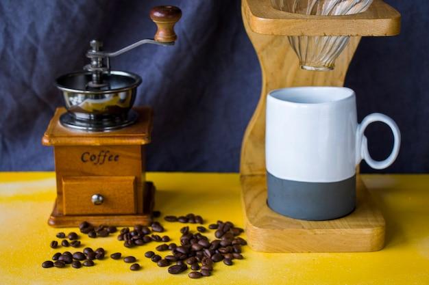 Gießen sie über kaffeemaschine, kaffeetasse und tasse, studio-shooting