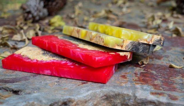 Gießen von epoxidharz stabilisierender wurzelholz abstrakter kunsthintergrund