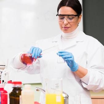 Gießlösung für wissenschaftler mit mittlerem schuss