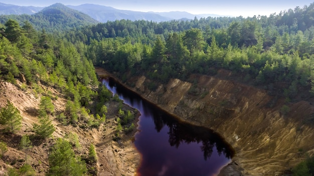 Giftiger roter see im tagebau einer verlassenen kupfermine, luftbildlandschaft. ein umweltschaden, der durch die pyrit-erzförderung hinterlassen wurde