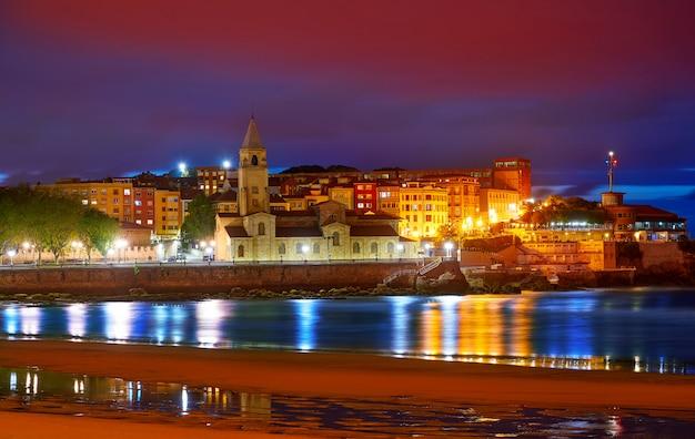 Gijon-skylinesonnenuntergang in san lorenzo-strand asturien