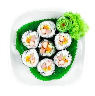 Gimbap auch dinkel kimbap zutaten wie gemüse, spam schinken, der in getrocknete algenblätter gerollt wird ist die perfekte mahlzeit ist ein koreanisches hausgemachtes street food gericht draufsicht