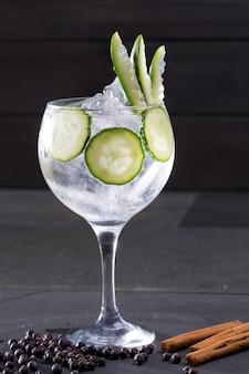 Gin tonic cocktail mit gurke, zimt und wacholder