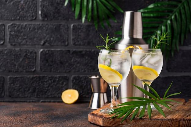 Gin tonic cocktail mit zitrone