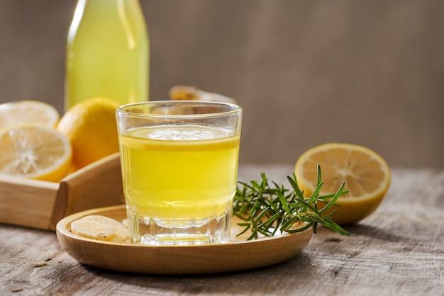 Ginger ale - hausgemachtes bio-limonadengetränk aus zitrone und ingwer, kopienraum.