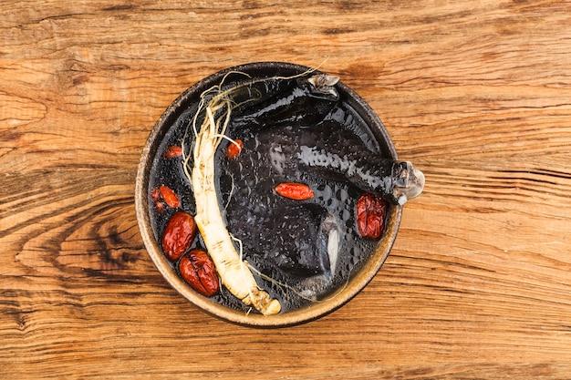 Ginsengs und schwarze hühnersuppe hühnersuppe als medizin