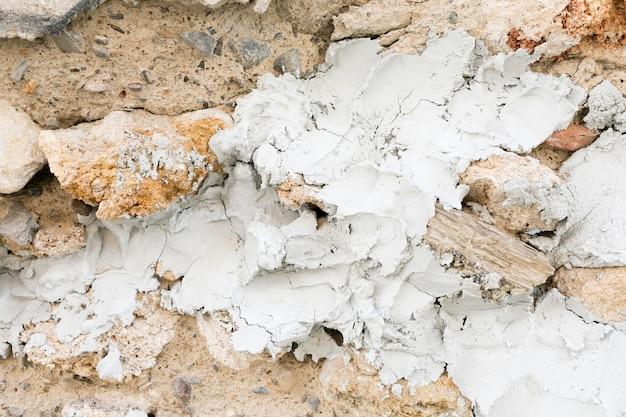 Gips und steine auf rauer oberfläche