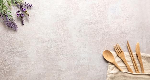 Gipshintergrund mit hölzernem küchenbesteck und lavendelblumen, platz für ihr produkt oder kopie