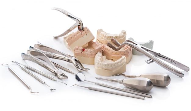 Gipsmodell von kiefern und zahnmedizinischen werkzeugen