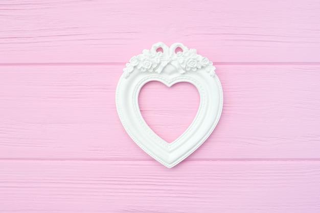 Gipsweinlesefotorahmen in form eines herzens mit copyspace für valentinsgrußdatierung