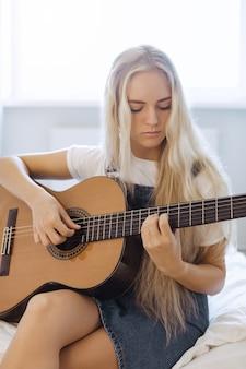 Gir lernt zu hause gitarre zu spielen