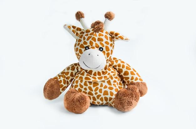 Giraffenplüschpuppe lokalisiert auf weißem hintergrund mit schattenreflexion.
