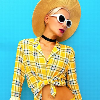 Girl beach country-stil. modeaccessoires hut und sonnenbrille
