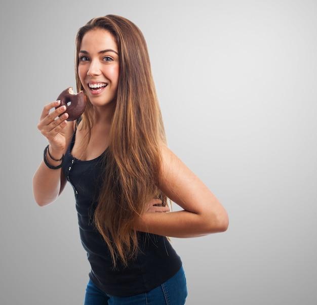 Girl posiert mit bagel