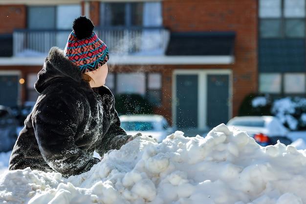 Girlsitting im schnee am kalten wintertag.