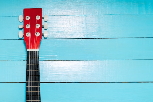 Gitarre auf einem hölzernen hintergrund