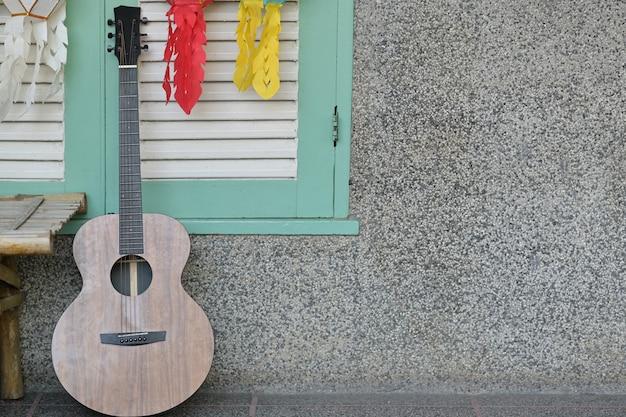 Gitarre im raumwandhintergrund