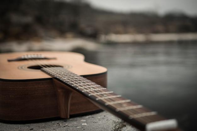 Gitarre liegt gegen das meer