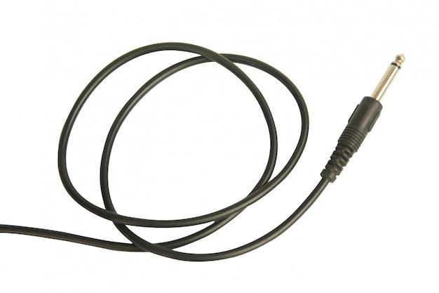 Gitarrenaudiostecker mit dem schwarzen kabel lokalisiert auf weiß mit beschneidungspfad