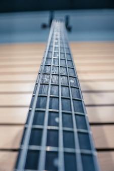 Gitarrenladen mit gitarre in der wand