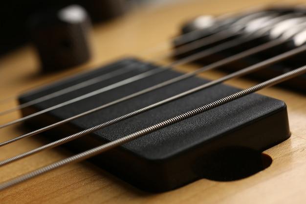 Gitarrensaiten auf griffbrett-nahaufnahmegitarrentrainingskursen